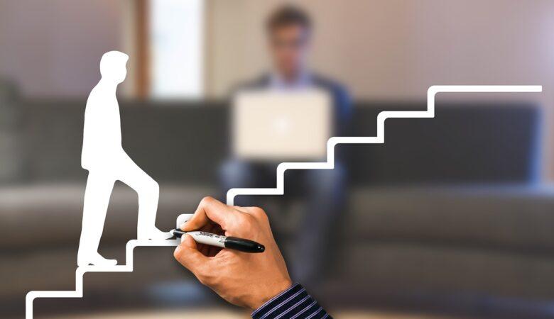 homem subindo escada, sucesso bloxs investimentos
